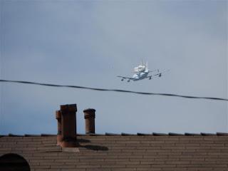 Ônibus espacial Endeavour chegando em Los Angeles
