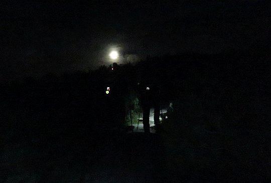 Podążamy dalej kamienną ścieżką, tam gdzie wisi księżyc.