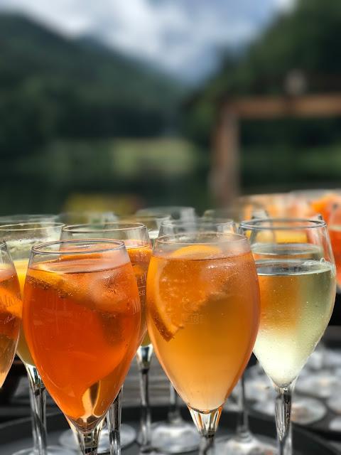 Mionetto Prosecco Hochzeitsempfang Regenhochzeit im Sommer am Riessersee Hotel Garmisch-Partenkirchen, Bayern