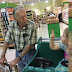 """Esta niña de 4 años le gritó a un solitario anciano """"viejo"""". Él le respondió y la mamá quedó sorprendida"""