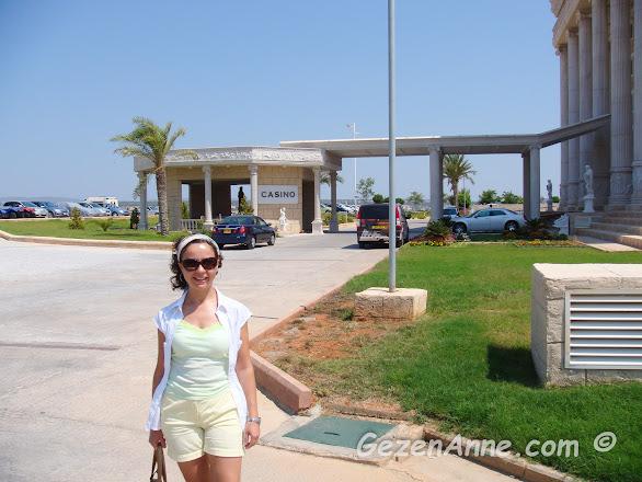 Kaya Artemis resort & casino otelin önünde arabamızdan inmişken, Kıbrıs