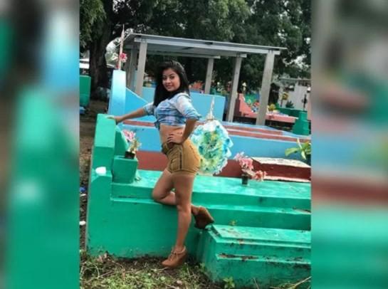 Jovens provocam revolta ao pousar para ensaio sexy sobre túmulos