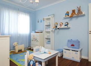 Dormitorio de bebé celeste y blanco