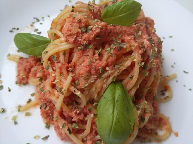 Espagueti con huevo, tomate y sus hierbas