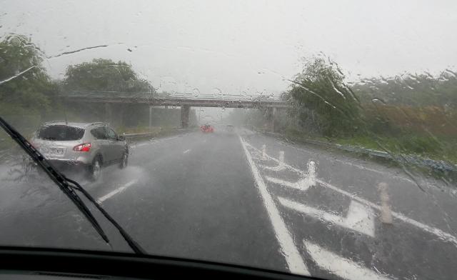 Carretera amb pluja tornant de la Bretanya