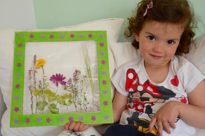 manualidad infantil creativa primavera: craft cuadro con flores naturales