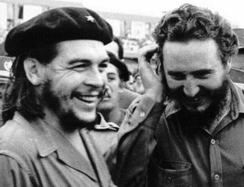 Che Guevara e Fidel Castro felizes e sorridentes com o sucesso de sua campanha militar