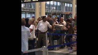 """بالفيديو لبناني يصرخ في مطار ببيروت يبغى لكم واحد مثل """"محمد بن سلمان"""" يبربيكم ويربي الفاسدين"""