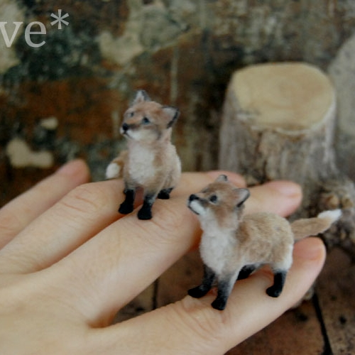25-Red-Fox-Kittens-ReveMiniatures-Miniature-Animal-Sculptures-that-fit-on-your-Hand-www-designstack-co
