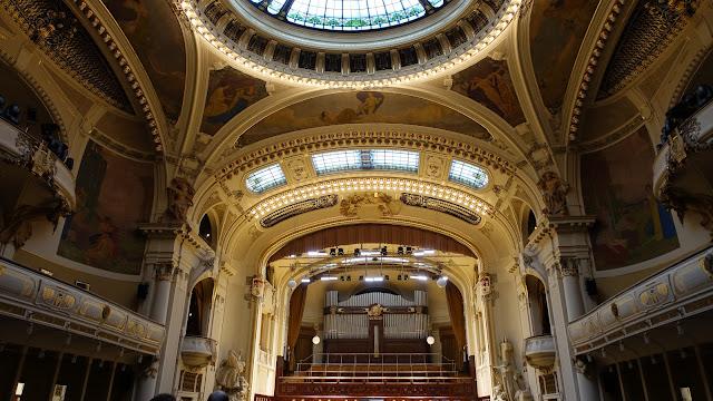 舞台上方是管風琴,懸在上面那個金色的頭像,就是近代捷克音樂之父史麥塔納