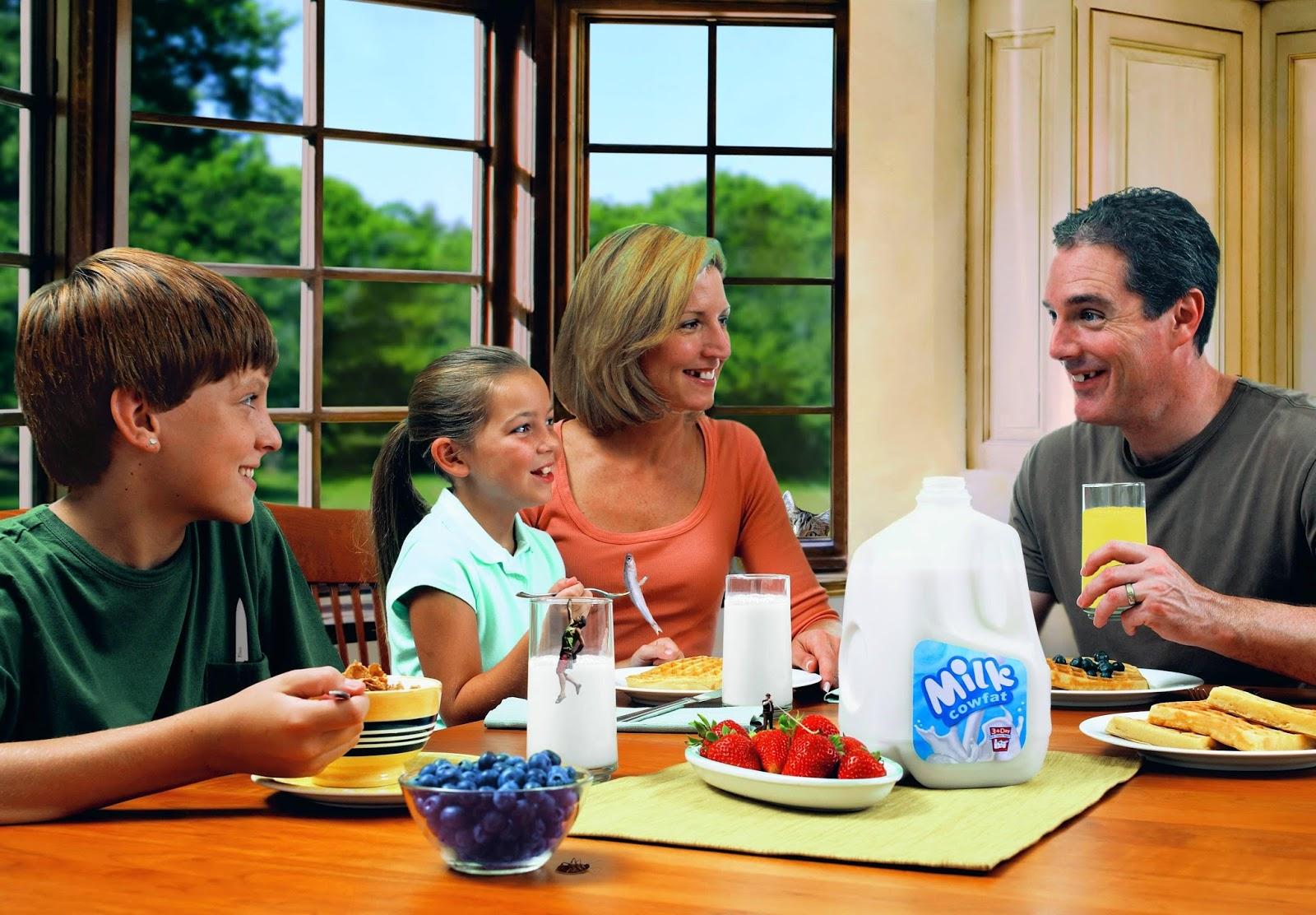 family eating breakfast - 900×626