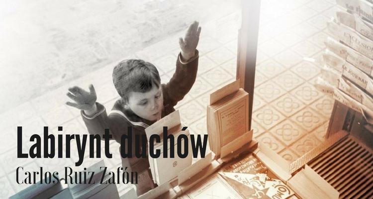 Fragment okładki. Stara fotografia w sepii. Mały chłopiec opiera się dłońmi o witrynę sklepową i patrzy zachwycony z szeroko otwartymi ustami na stojącą na wystawie książkę.