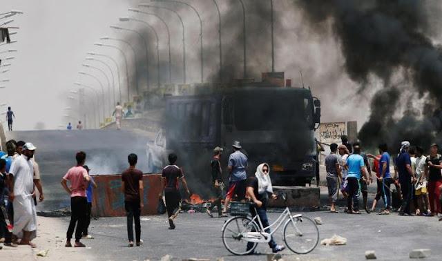 مظاهرات شعبية في جنوب العراق وااقتحام المتظاهرين لمطار النجف جنوب بغداد .