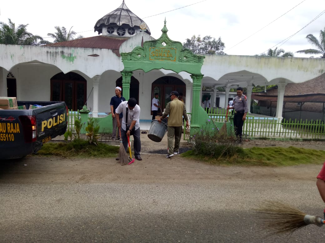personel Polsek Pulau Raja dan warga membersihkan Masjid Suhada