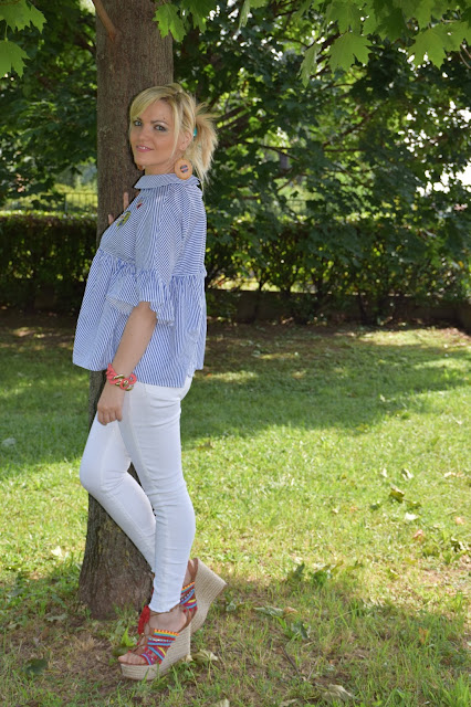 white skinny jeans outfit how to wear skinny jeans how to combine skinny jeans summer outfits july outfit pon pon edges mariafelicia magno fashion blogger color block by felym fashion bloggers italy