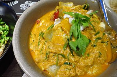 Bangkok, Kub Kao' Kub Pla, yellow curry crab