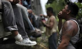 """Atacan con machetes a migrantes de la """"bestia"""" en el sur de Veracruz"""