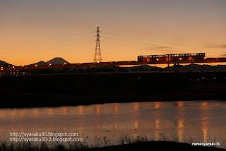 夕暮れの多摩川を行くモノレール写真