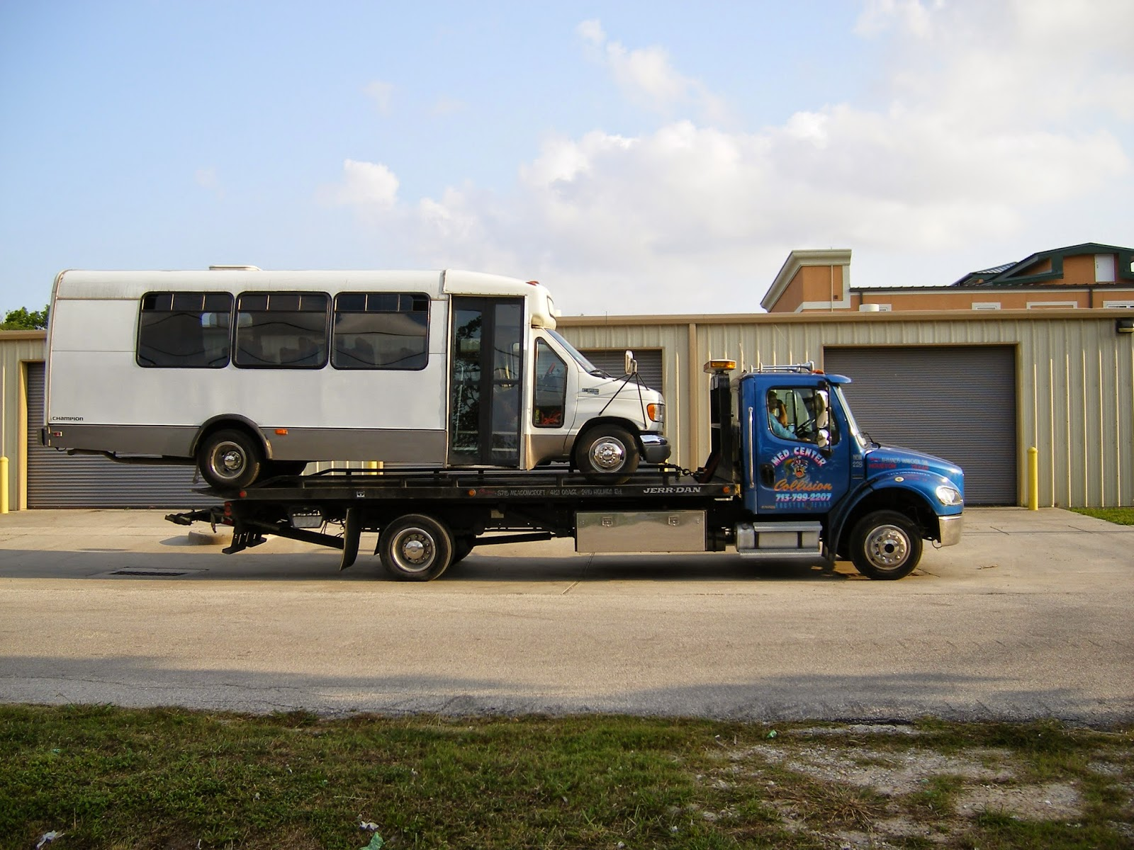 18 wheeler small car limo flatbed towing houston 713 554 2111 containers towing movers fast. Black Bedroom Furniture Sets. Home Design Ideas