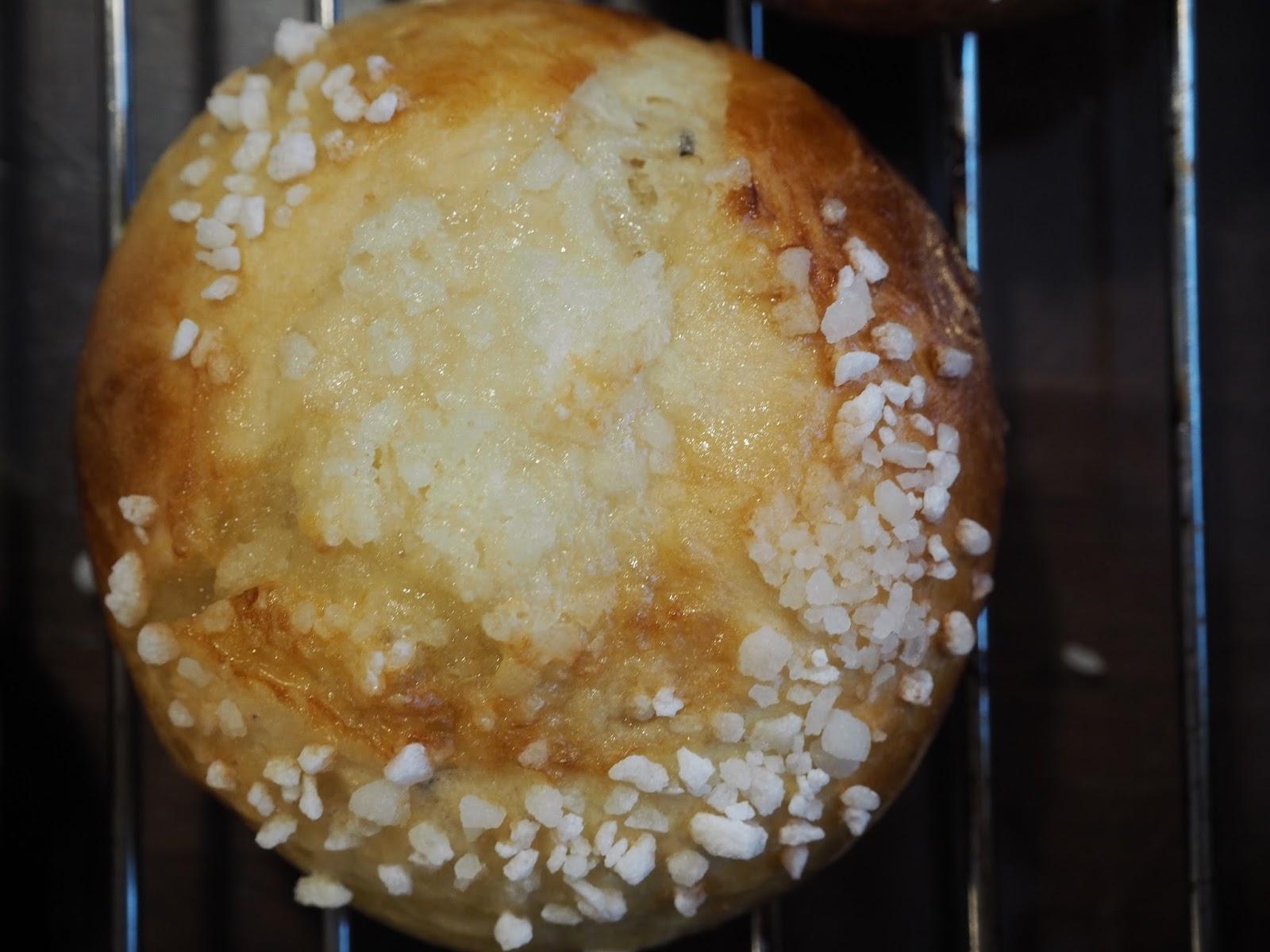 cashewmaidosta leivottu pulla