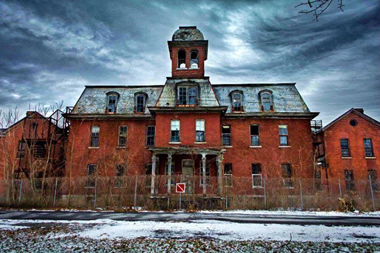 Willard akıl hastanesi ıssız bir adası üzerinde ümitsiz akıl hastalarının barınması için inşa edildi.