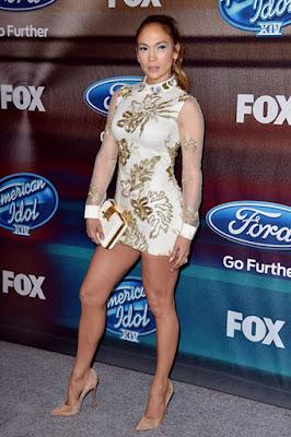 Biografi Jennifer Lopez     Biodata   Nama Lengkap : Jennifer Lynn Lopez  Nama Populer : J-Lo  Tempat Lahir : The Bronx, New York City, Amerika Serikat  Tanggal Lahir : 24 Juli 1969  Pekerjaan : Penyanyi, aktris, dancer, pebisnis, fashion designer, produser  Genre : Pop, R&B, latin, dance  Biografi   Sang diva yang memiliki nama lengkap Jennifer Lynn Lopez ini lahir dan besar di Bronx, New York, pada tanggal 24 Juli 1970. Ayahnya adalah seorang spesialis komputer dan ibunya seorang guru taman kanak-kanak. Ia juga memiliki dua saudara perempuan bernama Maria dan Linda. Jennifer Lopez yang memiliki nama sapaan panggung J.Lo ini merupakan keturunan Latin dan berdarah Puerto Rico.  J.Lo yang menyandang gelar diva ini merupakan artis yang serba bisa. Mulai dari menyanyi, akting, menari, dan lain-lain. Ia dikagumi oleh setiap wanita karena kesempurnaan fisik yang dimilikinya, cantik dan seksi. Penampilan Tarik suara dan aktingnya juga sangat mengesankan. Bahkan, J.Lo masuk dalam jajaran 50 wanita tercantik di dunia pada tahun 1997.  Ia sudah memiliki cita-cita menjadi artis top sejak ia berusia 4 tahun. Ia rajin dan giat belajar menari dan berakting. Kariernya-pun benar-benar bermula dari nol. Ia pernah harus berkali-kali mengikuti audisi menari di klub-klub bergengsi di Los Angeles.Namun, ia