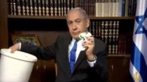 بالفيديو نتنياهو يمزق وثيقة حماس الجديدة ويضعها فى سلة قمامة