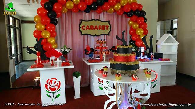 Decoração provençal simples Cabaret com cortinas e elipse