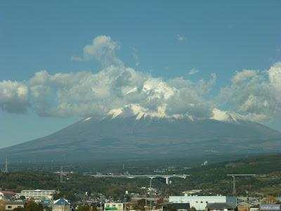 雲がかかっている富士山