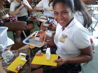 Estudiante trabajando en el tema de transmisión de movimiento con poleass