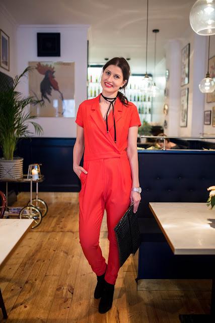 novamoda style, novamoda stylizacje, jak nosić kombinezon, kombinezon, danhen, choker, świąteczna moda, co założyć na święta, czerwony, moda, w jej stylu, czerwony kombinezon