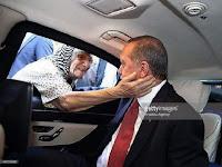 Dicintai Rakyat, Nenek Ini Belai dan Doakan Erdogan, Inilah Sebaik-Baik Pemimpin
