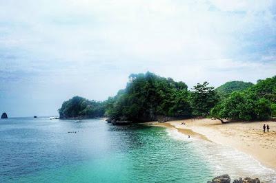 foto pemandangan pantai tiga warna dari atas tebing
