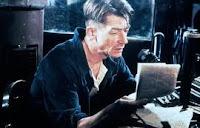 Un uomo esamina un foglio di giornale