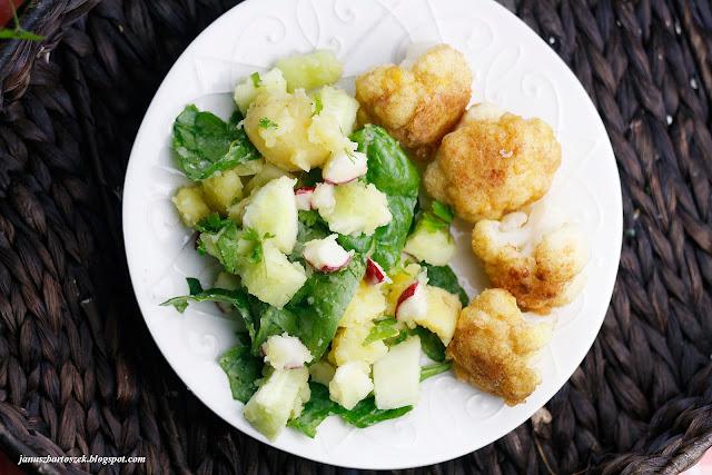 letnia sałatka z ziemniaków i różyczki kalafiora w panierce