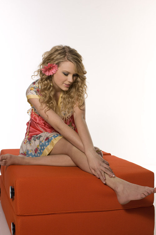 Watch Pictures of Taylor Swift s Feet on FeetMagazines com - a free    Taylor Swift Foot