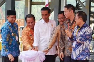 (baju batik biru berpeci hitam itu bupati kami bapak Drs. H. Anwar Hafidz M.Si