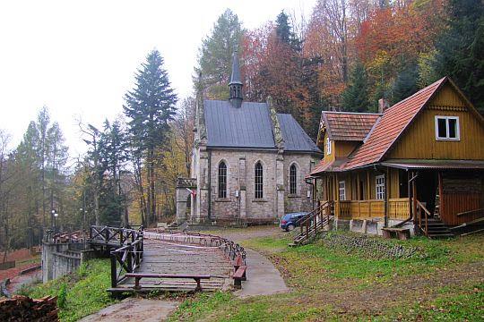 Kościółek i dom rekolekcyjny.