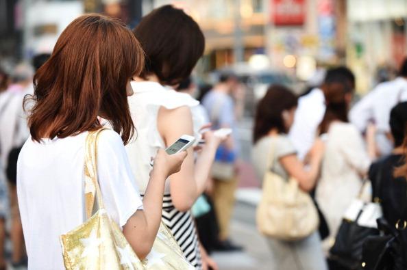 8 Bahaya yang Bisa Mengancam Kalian jika terlalu Sering Menggunakan Smartphone