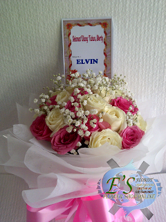 Hand bouquet mawar pink dan putih plus baby breath