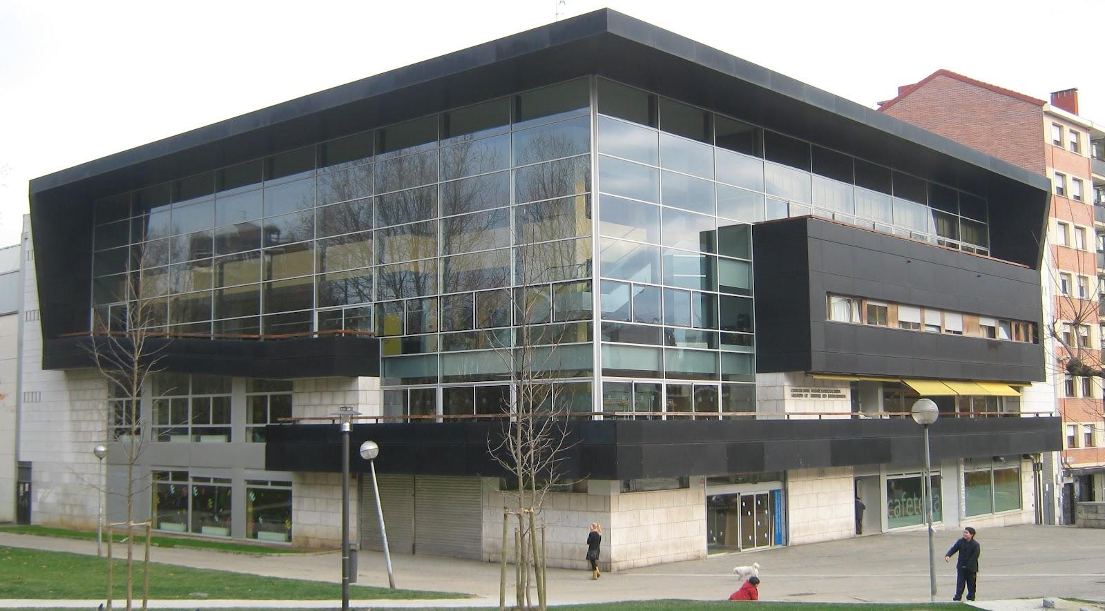 Edificio del centro de ancianos CIS del parque de Los Hermanos