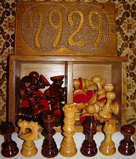 Piezas de madera de un juego de ajedrez catalán