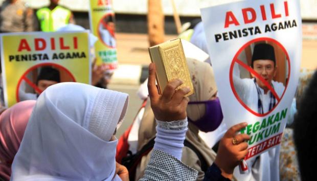 Demonstran tuntut Ahok diadili