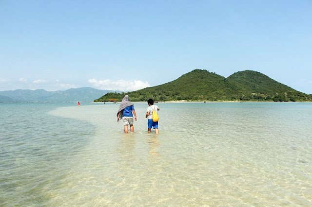 The Vietnamese island that gives you the magic of walking on water 4