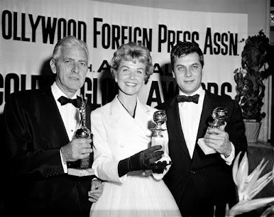 Doris Day posa ao lado de Buddy Adler (esquerda) e Tony Curtis (direita) com seus prêmios do Globo de Ouro em 1958 — Foto: Associated Press