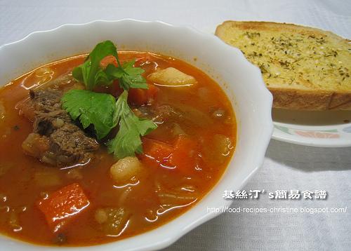 Borscht Soup with Garlic Bread01