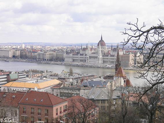 Vista del Parlamento de Budapest desde el bastionde los pescadores