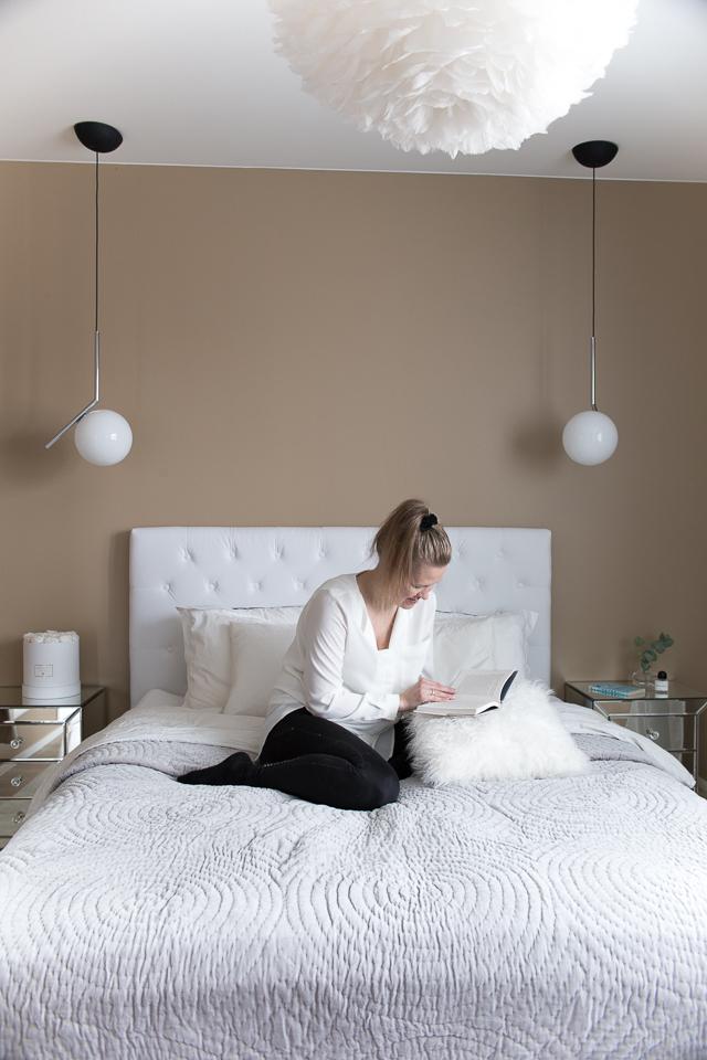 Villa H, rentoutuminen, flos ic valaisimet, eos vita höyhen valaisin, makuuhuone, bedroom interior