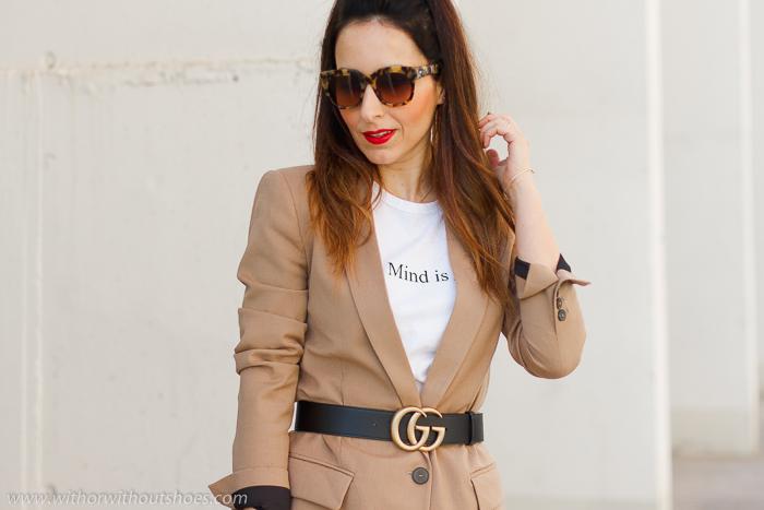 tendencias streetstyle Influencer blogger valencia con look urban chic comodo estiloso falda plisada chaqueta blazer y sandalias cruzadas