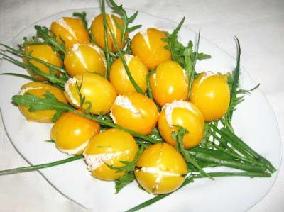 Помидоры небольшие желтые – 15 штук; Сыр твердый - 150 г; Яйцо - 2 штуки; Чеснок - 7 зубчиков; Майонез - 4 столовые ложки; Перья зеленого лука; Соль – по вкусу;